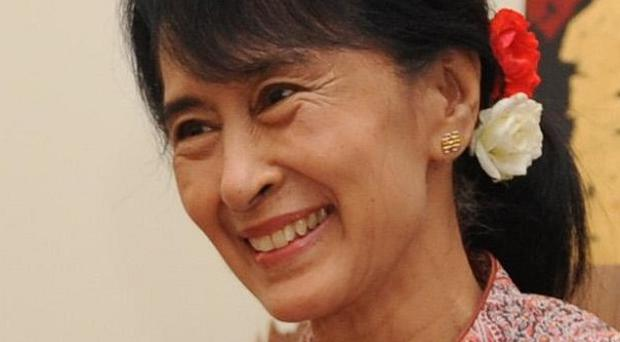 Aung San Suu Kyi and the rest of her party's newly-elected politicians will boycott the opening session of Burma's parliament