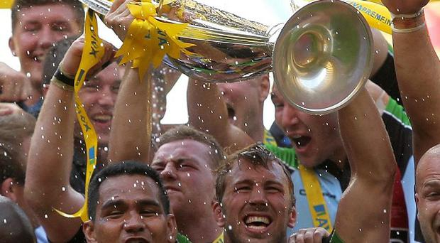 Chris Robshaw lifts the trophy