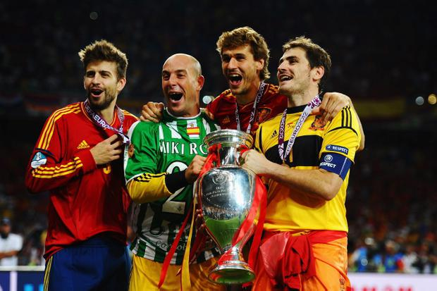 KIEV, UKRAINE - JULY 01: (L-R) Gerard Pique, Pepe Reina, Fernando Llorente and Iker Casillas of Spain celebrate with the trophy following victory in the UEFA EURO 2012 final match between Spain and Italy at the Olympic Stadium on July 1, 2012 in Kiev, Ukraine. (Photo by Laurence Griffiths/Getty Images)