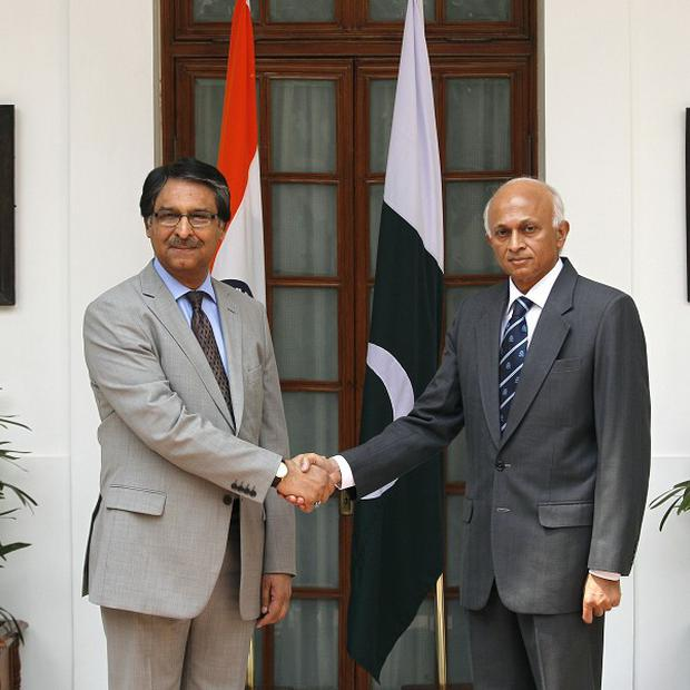Indian Foreign Secretary Ranjan Mathai, right, shakes hand with his Pakistani counterpart Jalil Abbas Jilani (AP)