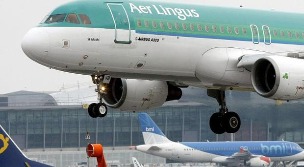 Aer Lingus shareholders have been urged to reject a revised takeover bid by Ryanair