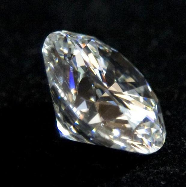 A man has been arrested after reportedly swallowing a diamond at a jewellery exhibition in Sri Lanka