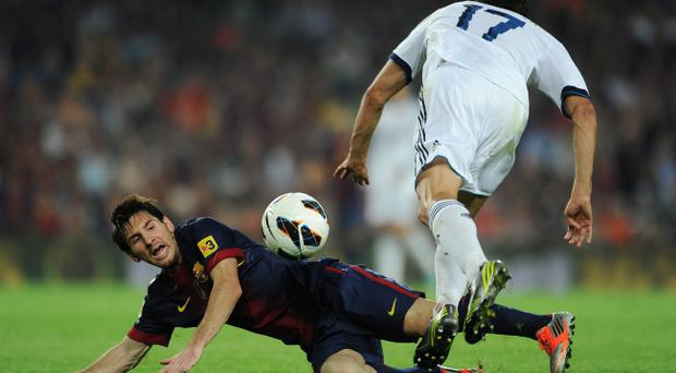 BARCELONA, SPAIN - OCTOBER 07: Lionel Messi (L) of Barcelona duels for the ball with Alvaro Arbeloa of Real Madrid during the la Liga match between FC Barcelona and Real Madrid at the Camp Nou stadium on October 7, 2012 in Barcelona, Spain. (Photo by Jasper Juinen/Getty Images)