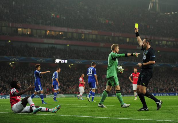 LONDON, ENGLAND - OCTOBER 24: Referee Jonas Eriksson shows the yellow card to Gervinho of Arsenal during the UEFA Champions League Group B match between Arsenal and FC Schalke at the Emirates Stadium on October 24, 2012 in London, England. (Photo by Shaun Botterill/Getty Images)