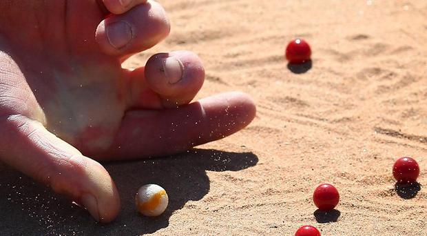 In the study, people picked up marbles with normal hands or with wrinkled fingers after having soaked them in warm water
