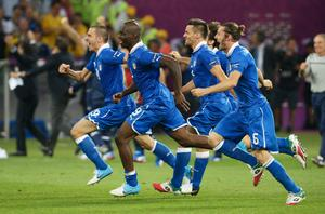 KIEV, UKRAINE - JUNE 24:  Mario Balotelli of Italy (C) celebrates with team-mates after victory during the UEFA EURO 2012 quarter final match between England and Italy at The Olympic Stadium on June 24, 2012 in Kiev, Ukraine.  (Photo by Claudio Villa/Getty Images)