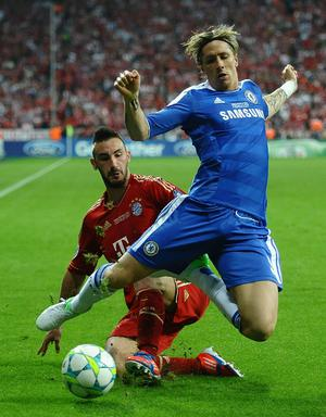 MUNICH, GERMANY - MAY 19:  Fernando Torres of Chelsea is tackled by Diego Contento of Bayern Muenchen during UEFA Champions League Final between FC Bayern Muenchen and Chelsea at the Fussball Arena München on May 19, 2012 in Munich, Germany.  (Photo by Laurence Griffiths/Getty Images)