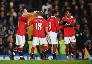 LONDON, ENGLAND - MARCH 01:  Wayne Rooney (L) of Manchester United celebrates his goal with team mates during the Barclays Premier League match between Chelsea and Manchester United at Stamford Bridge on March 1, 2011 in London, England.  (Photo by Clive Mason/Getty Images)