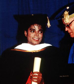 1987 : Michael Jackson recieves an Honourary Doctrate with Whitney Houston from the Cosmopolitan University. 1987