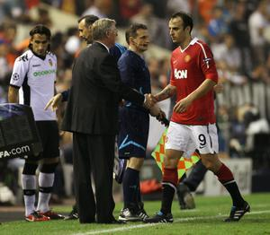 Sir Alex Ferguson the manager of Manchester United shakes the hand of Dimitar Berbatov after substituting him during the UEFA Champions League Group C match between Valencia and Manchester United at the Mestalla Stadium on September 29, 2010 in Valencia, Spain