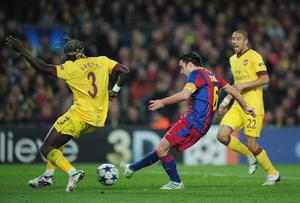BARCELONA, SPAIN - MARCH 08:  Xavi Hernandez of Barcelona shoots past Bacary Sagna of Arsenal to score during the UEFA Champions League round of 16 second leg match between Barcelona and Arsenal at the Nou Camp Stadium on March 8, 2011 in Barcelona, Spain.  (Photo by Shaun Botterill/Getty Images)