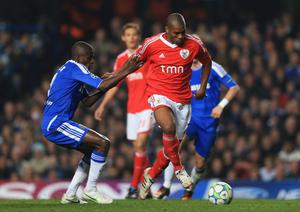 LONDON, ENGLAND - APRIL 04:  Ramires of Chelsea challenges Emerson of Benfica during the UEFA Champions League Quarter Final second leg match between Chelsea and Benfica at Stamford Bridge on April 4, 2012 in London, England.  (Photo by Clive Rose/Getty Images)