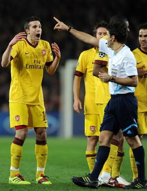 BARCELONA, SPAIN - MARCH 08:  Robin van Persie (L) of Arsenal reacts to referee Massimo Busacca after receiving a red card during the UEFA Champions League round of 16 second leg match between Barcelona and Arsenal on March 8, 2011 in Barcelona, Spain.  (Photo by Jasper Juinen/Getty Images)