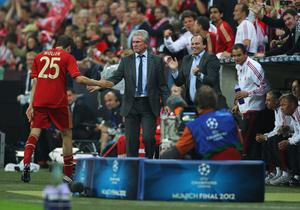 MUNICH, GERMANY - MAY 19: Thomas Mueller of Bayern Muenchen shakes hands with head coach Jupp Heynckes after being substituted during UEFA Champions League Final between FC Bayern Muenchen and Chelsea at the Fussball Arena München on May 19, 2012 in Munich, Germany.  (Photo by Alex Livesey/Getty Images)