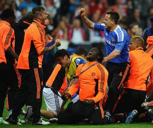 MUNICH, GERMANY - MAY 19: Frank Lampard (R) of Chelsea celebrates with team mates after Didier Drogba scored the winning penalty during UEFA Champions League Final between FC Bayern Muenchen and Chelsea at the Fussball Arena München on May 19, 2012 in Munich, Germany.  (Photo by Mike Hewitt/Getty Images)