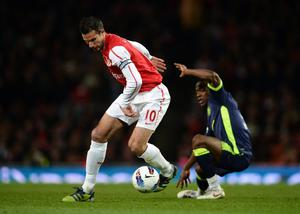 LONDON, ENGLAND - APRIL 16:  Robin van Persie of Arsenal controls the ball during the Barclays Premier League match between Arsenal and Wigan Athletic at Emirates Stadium on April 16, 2012 in London, England.  (Photo by Laurence Griffiths/Getty Images)