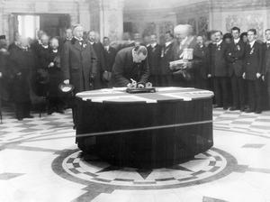 Sir Edward Carson signing the Ulster Covenant at Belfast City Hall.  28/9/1912