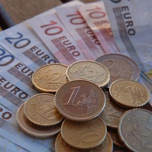 Reduced mortgage interest rates will leave homeowners about 700 euro a year better off, experts said