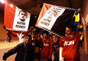 Manchester United fans show their support for Wayne Rooney prior to the UEFA Champions League Group C match between Manchester United and Bursaspor Kulubu at Old Trafford on October 20, 2010 in Manchester, England. Wayne Rooney had expressed his desire to leave Manchester United earlier in the week.  (Photo by Alex Livesey/Getty Images)