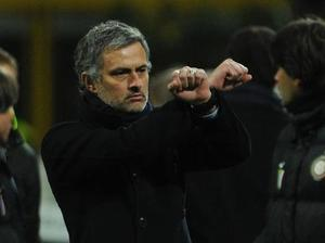 Take him down Mourinho's popularity waned during his time in Italy, when his constant jibes at officials, managers and referees antagonised just about everyone in Italy, including his own fans. A notable episode involved the Special One performing a 'handcuffs' gesture after seeing Inter's Walter Samuel and Ivan Cordoba sent off and Samuel Eto'o booked in a match with Sampdoria. He received a three-game ban.
