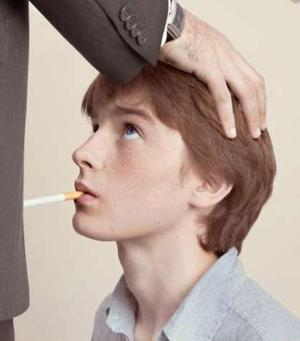 A poster from an anti-smoking campaign by Les Droits des Non-fumeurs which has caused outrage for its implied association that smoking is tantamount to sex slavery.