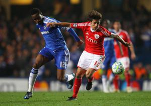 LONDON, ENGLAND - APRIL 04:  Pablo Aimar of Benfica is closed down by Mikel of Chelsea during the UEFA Champions League Quarter Final second leg match between Chelsea and Benfica at Stamford Bridge on April 4, 2012 in London, England.  (Photo by Warren Little/Getty Images)
