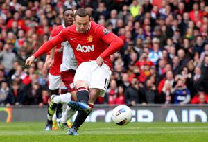 MANCHESTER, ENGLAND - APRIL 15:   Wayne Rooney of Manchester United scores the opening goal from a penalty during the Barclays Premier League match between Manchester United and Aston Villa at Old Trafford on April 15, 2012 in Manchester, England. (Photo by Alex Livesey/Getty Images)