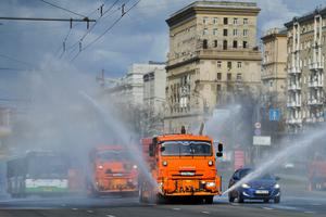 Moscow: tankers spray disinfectant