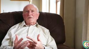 Harry Gregg recites his poem to Sir Alex Ferguson