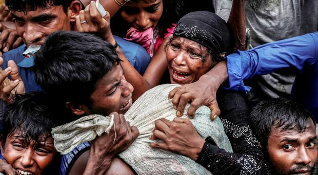 Images by Cathal McNaughton of Rohingya refugees scrambling for aid