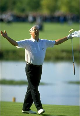 Christy O'Connor Jnr seals victory for the 1989 European Ryder Cup team with victory over Fred Couples of the USA. The event finished in a 14-14 tie, allowing Europe to retain the trophy
