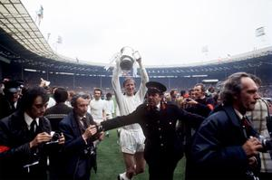 Jack Charlton celebrates with the FA Cup after Leeds' victory in 1972 (PA Archive)