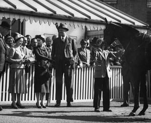Princess Margaret listens as the Queen points to her colt Doutelle, who had just won the 2,000 Guineas at Kempton Park in 1957 (PA)