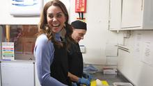Matt Thomas shows Kate how to make a chicken wrap (Andrew Milligan/PA)
