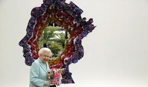 The Queen next to a floral exhibit by the New Covent Garden Flower Market display in 2016 (Adrian Dennis/PA)