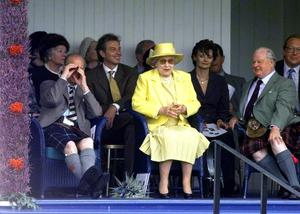 Tony Blair and the Queen watch the games at the Braemar Gathering in 1999 (Ben Curtis/PA)