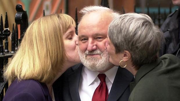 Frank Dobson receives a kiss from his daughter Sally (left) and wife Janet after voting in the London mayoral election in 2000 (Fiona Hanson/PA)