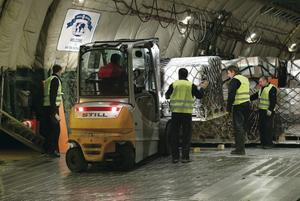 German armed forces load a plane with aid destined for Iraq