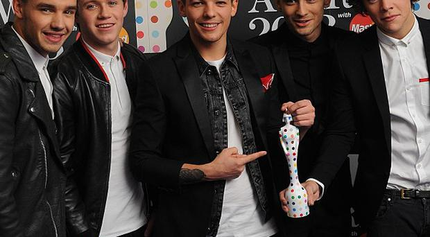 Liam Payne, Niall Horan, Louis Tomlinson, Zayn Malik and Harry Styles of One Direction with their Global Success award