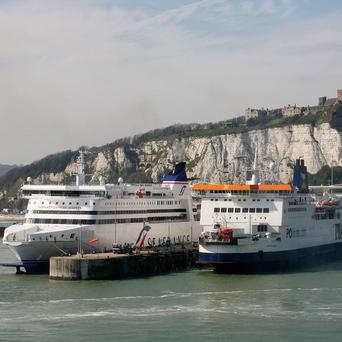 French port control officers have called off a 24-hour strike that would have hit UK Easter ferry travel