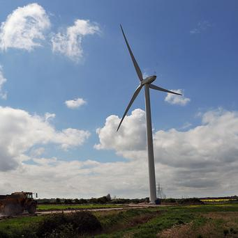 Despite record levels of new wind farms, the UK is not on track to meet its targets to cut greenhouse gas emissions through the 2020s, a report said