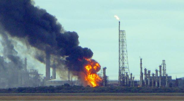 Fire at Stanlow Oil Refinery in Cheshire (Phil Owen)
