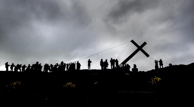 Over 50 people install the 36ft Chevin Cross (Danny Lawson/PA)