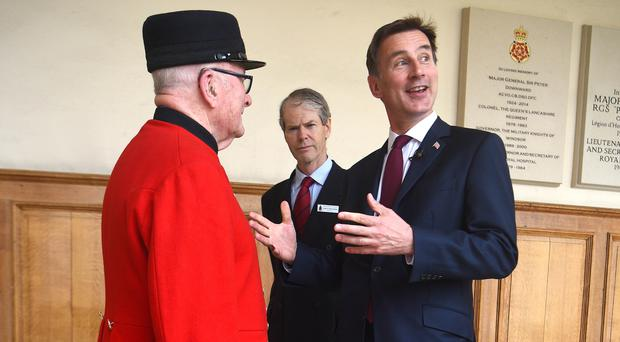 Jeremy Hunt with Chelsea pensioner Colin Thackery (Kirsty O'Connor/PA)