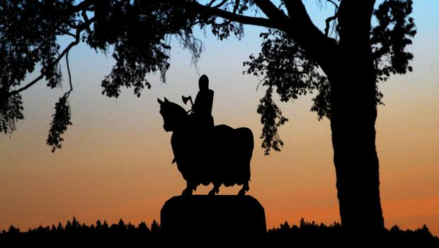 The sun sets behind the statue of Robert the Bruce on his war horse at the Battle of Bannockburn site near Stirling (Jane Barlow/PA)