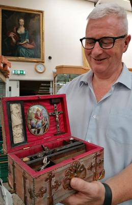 Hansons' valuer Barry Jones, with the box. (Hansons/PA)