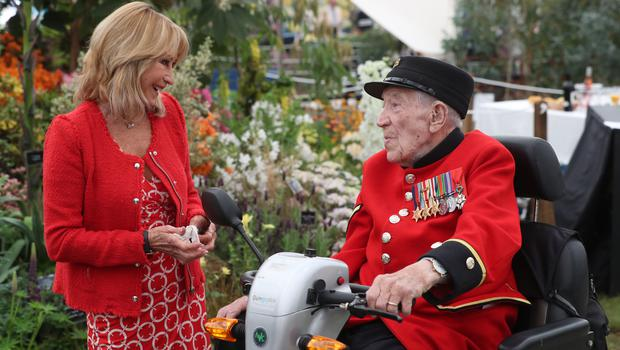 Felicity Kendall talks to a Chelsea Pensioner (Jonathan Brady/PA)