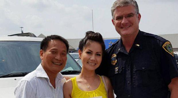 Couple married by a police lieutenant in Houston after Hurricane Harvey ((Chief Art Acevedo/Houston Police)