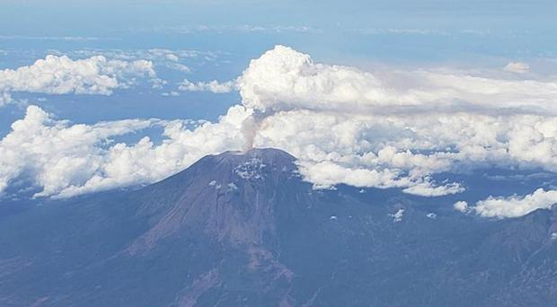 The volcano from the air (@mablum/Twitter)