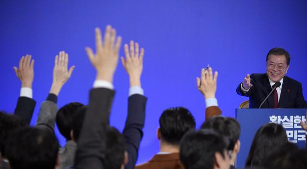 South Korean President Moon Jae-in smiles as reporters raise their hands for questions (Kim Hong-ji (AP)